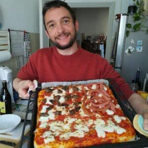 In cucina con lo staff: impasto per pizza in teglia
